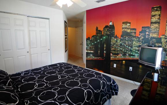 New York, New York Queen Bedroom with Mural - Pine Forest Chateau - 5 bedroom Walt Disney World Area vacation home - Homes4uu
