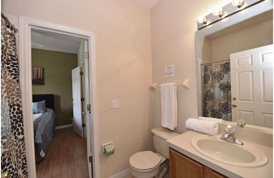 Bedroom 2 En Suite - Shift Colors - 4 bedroom Disney area vacation townhome - Homes4uu