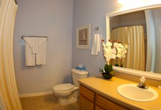 Shared Bathroom - Runaway Beach Club resort condominium - 3 bedroom Condo - Homes4uu
