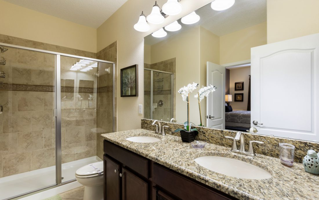 Bathroom 1 - Downhaul 8 Bedroom Vacation Home Near Disney - Championsgate Home - Homes4uu