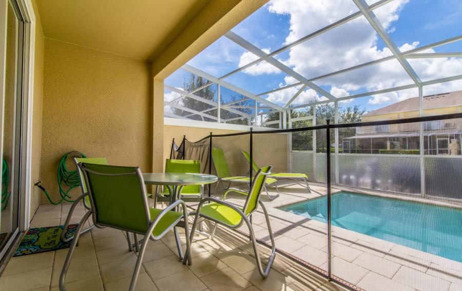Lanai Dining Area - Ocean Whisper - 3 Bedroom Townhouse with a Pool - Homes4uu