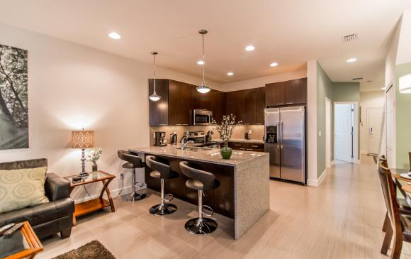 Ocean Whisper - 3 Bedroom Townhouse with a Pool - Homes4uu - Kitchen Breakfast Bar