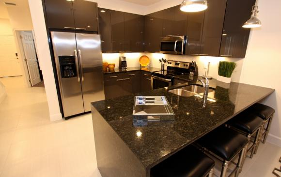 The Kitchen and Island - Swift Sails 3 Bedroom Modern Townhouse - Dream Resort - Homes4uu