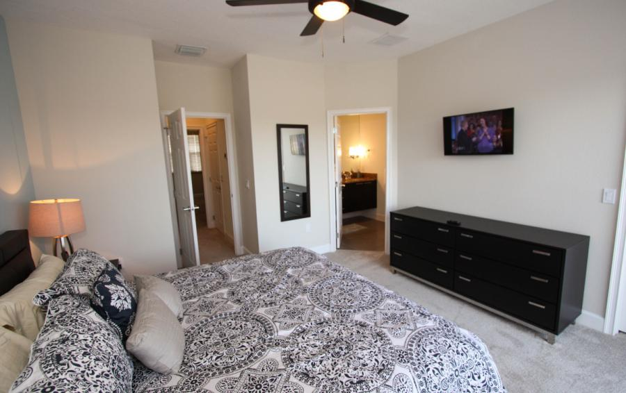 Downstairs Bedroom with en suite - Swift Sails II 3 Bed Vacation Townhouse - Dream Resort - Homes4uu