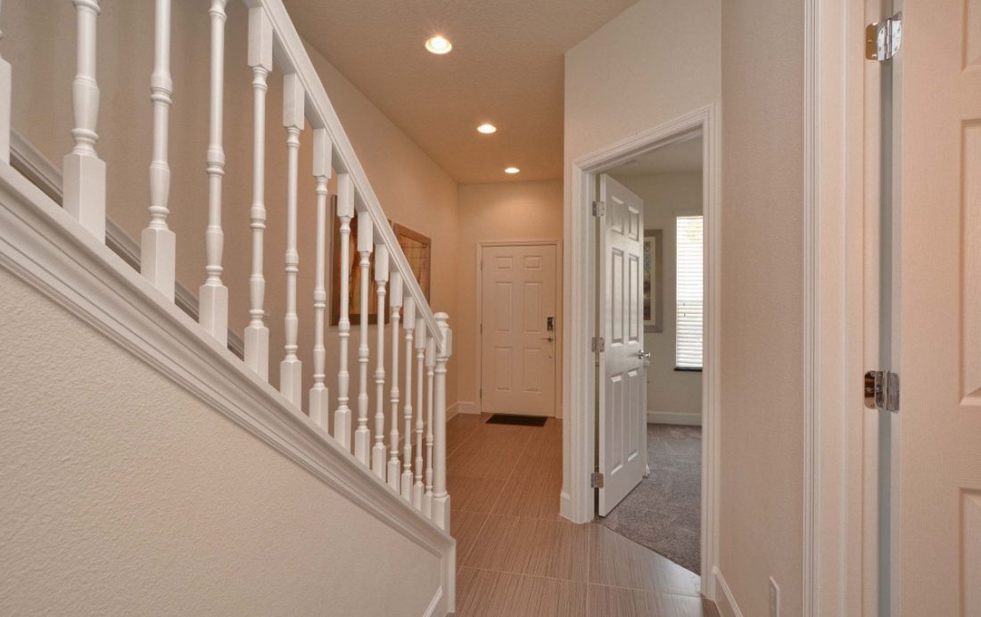 Hallway and Stairs - Upper Mainstay 3 Bedroom Beautiful Orlando Townhouse - Dream Resort - Homes4uu