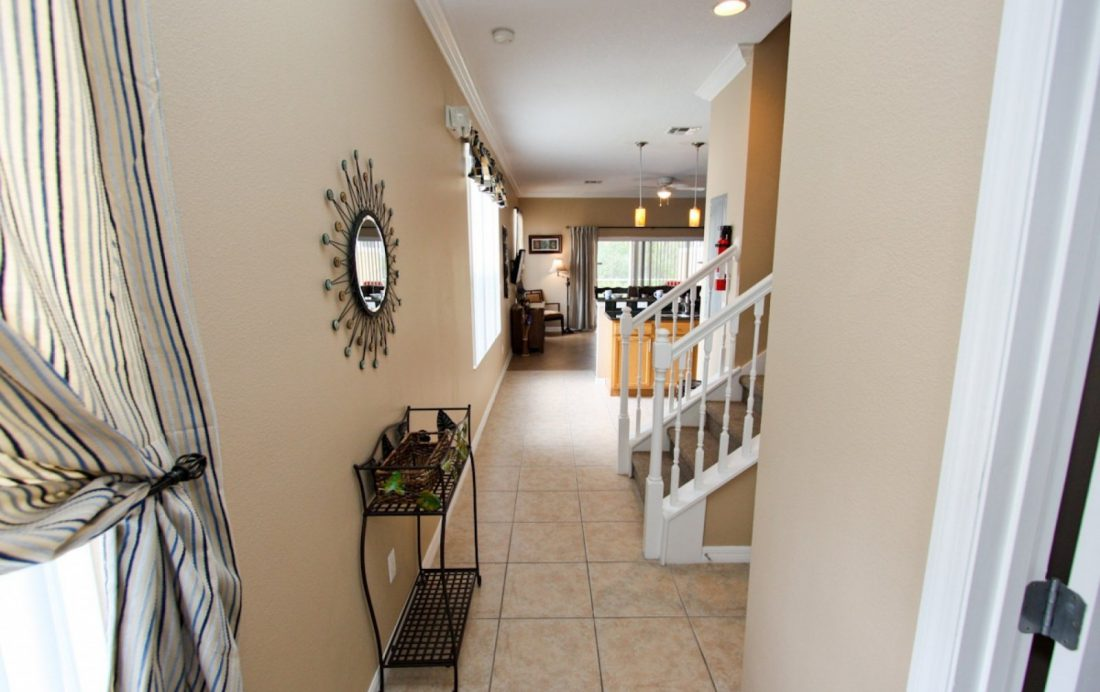 Front Hall - Buoy Reverie - Well Appointed 3 Bed Townhouse - Homes4uu