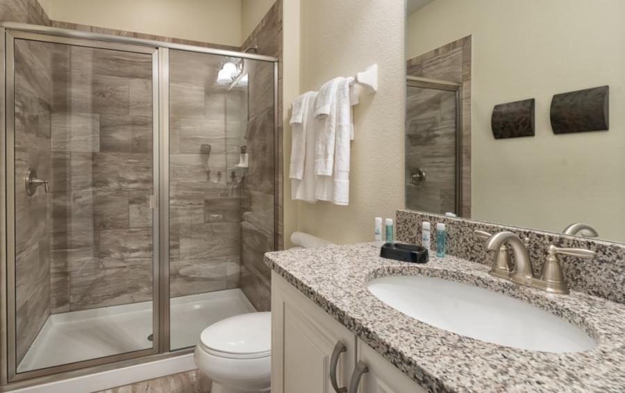 Bedroom - 2 - En Suite Bathroom with walk in shower - Brinicle - 13 Bedroom Vacation Home Homes4uu