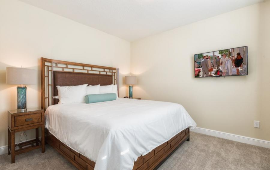 Bedroom - 3 - Queen sized bed with flatscreen TV - Brinicle - 13 Bedroom Vacation Home Homes4uu