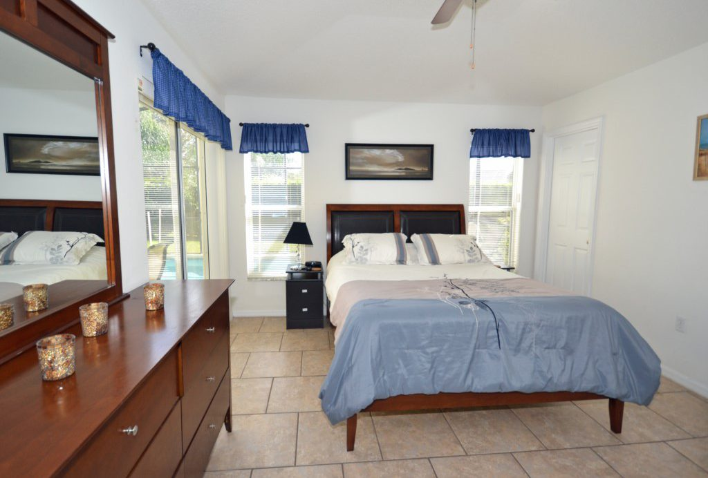 Bedroom 1 -Master Suite with King Size Bed - Palm Villa - 4 Bedroom - Orlando Golf Course Vacation Home - Homes4uu