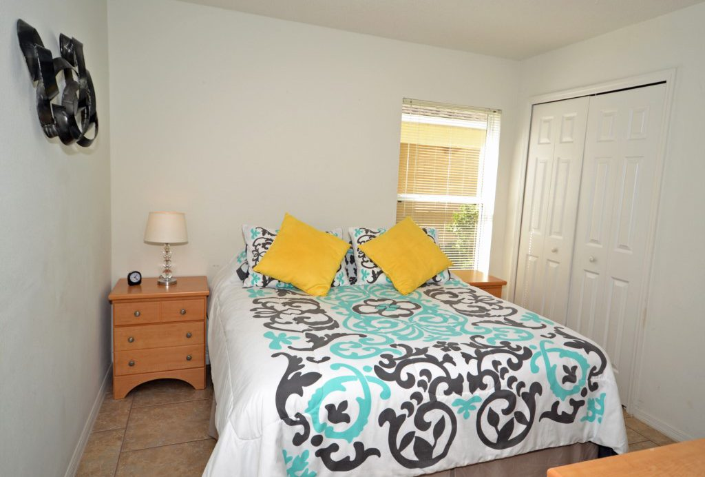 Bedroom 2 - Queen Size Bed with Flat Screen TV - Palm Villa - 4 Bedroom - Orlando Golf Course Vacation Home - Homes4uu