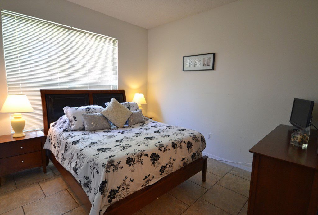 Bedroom 3 - Queen Size Bed and Flat Screen TV - Palm Villa - 4 Bedroom - Orlando Golf Course Vacation Home - Homes4uu