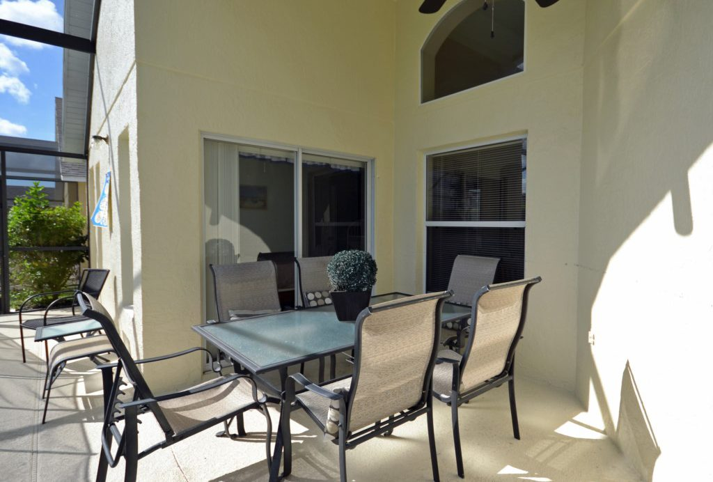 Lanai Dining Table and Chairs - Palm Villa - 4 Bedroom - Orlando Golf Course Vacation Home - Homes4uu