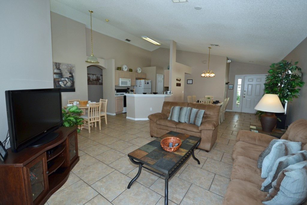Living Room with a Large Screen TV - Palm Villa - 4 Bedroom - Orlando Golf Course Vacation Home - Homes4uu