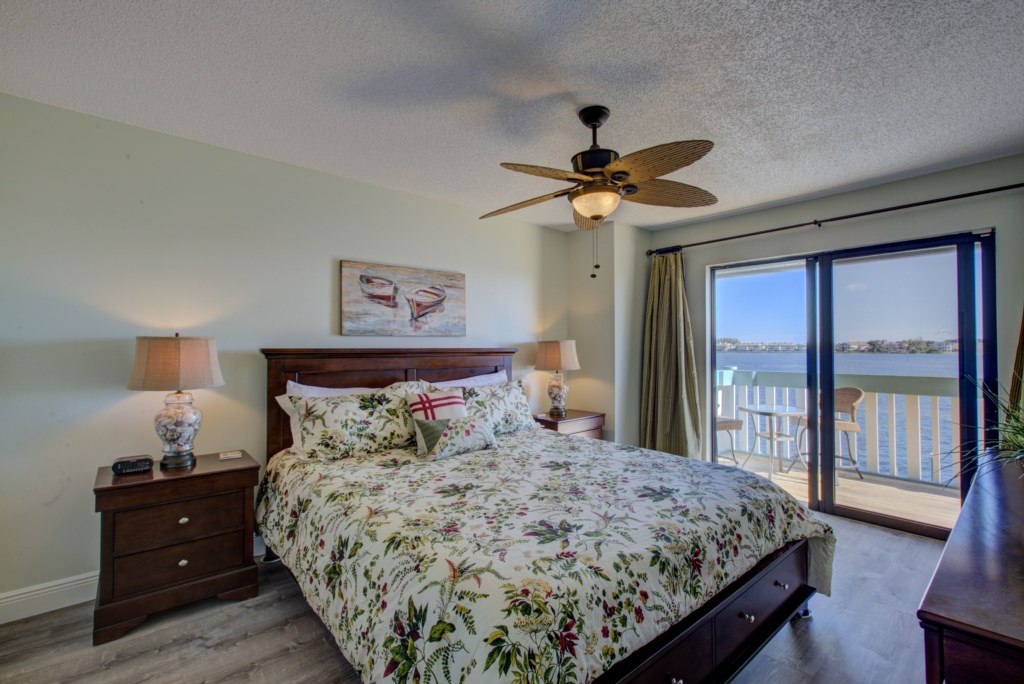 Bedroom - 1 - Master Suite With King Size Bed - Moon Snail - Anna Maria Island 2 Bedroom Vacation Condo - Homes4uu